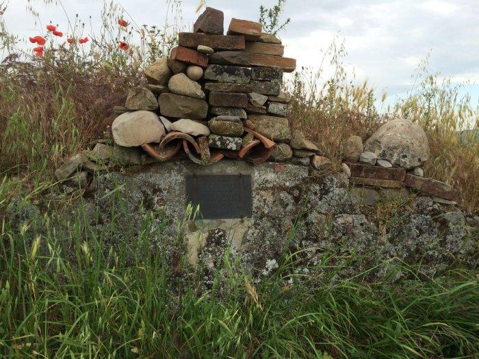 Alcune pietre e una lapide che indicano la casa natale di Luca Ghini