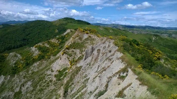 Il sentiero sul crinale; nello sfondo: Monte Maggiore